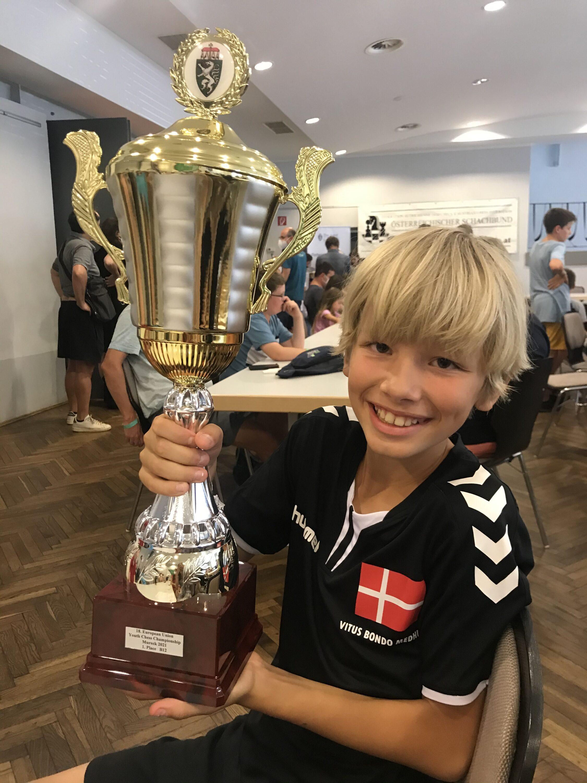 Vitus Bondo Medhus med trofæet fra EU-mesterskabet
